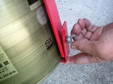 ペール缶の下側をはさみ込み、ちょうネジにて締め付ける。